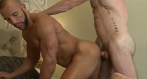 Zwei Muskelmänner haben Sex