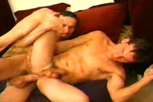 Harter Gayfick auf der Couch