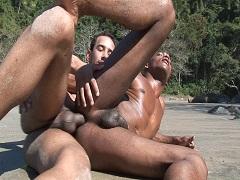 Schwule Boys mit dickem Schwanz ficken Bareback am Strand