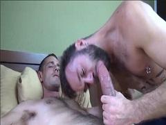 Gaykerl fickt mit gewaltigen Schwanz das Maul geiler Gay Facefuck